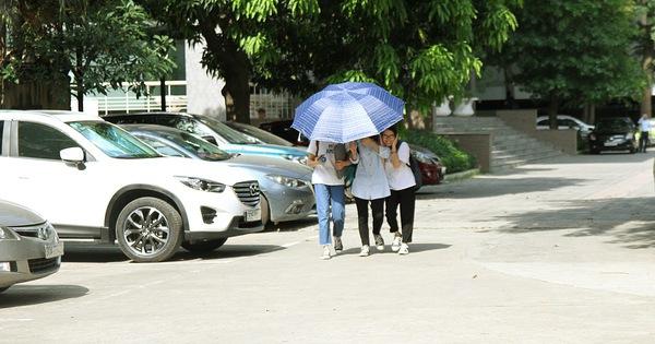 """Ngày Hà Nội nắng nóng đỉnh điểm, sinh viên cũng vật vã tìm đủ mọi cách """"sống sót"""" qua mùa chảo lửa"""