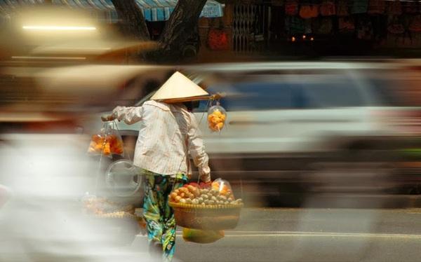 Bán hàng rong, chạy Grab thời vụ, bán đồ online đang cứu nền kinh tế Việt Nam và Đông Nam Á như thế nào?
