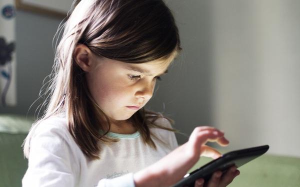 Bác sĩ viện nhi cho rằng cho trẻ dùng máy tính bảng, điện thoại quá sớm sẽ dẫn đến chậm nói