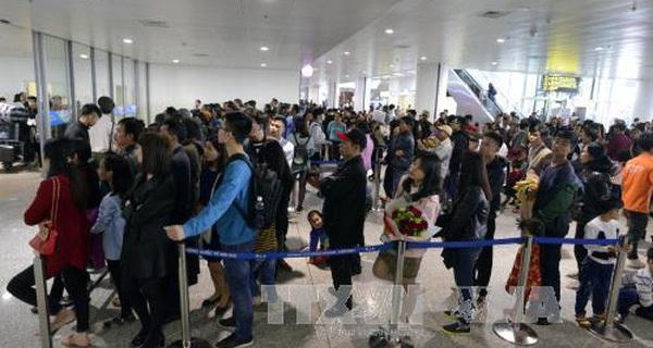 Chẳng cần to tát, du lịch Hà Nội hãy thay đổi bằng cách giúp nhân viên sân bay Nội Bài... biết cười