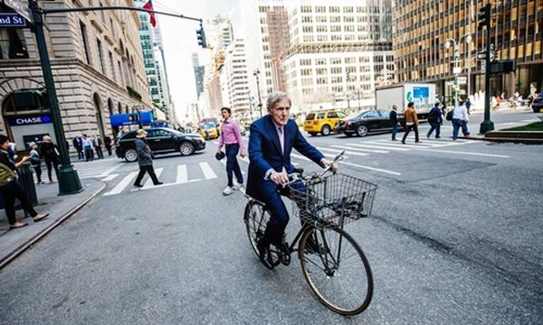 Làm chủ ngân hàng trị giá 23 tỷ đô, vị CEO 83 tuổi vẫn hằng ngày đạp xe đi làm