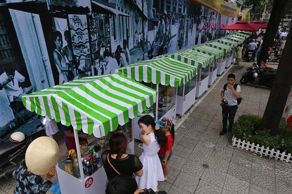 Phố hàng rong đầu tiên ở Sài Gòn khai trương, dân văn phòng rủ nhau xếp hàng mua đồ ăn trưa