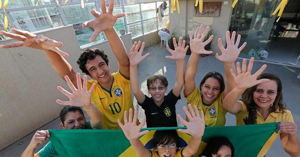 Dòng họ tự hào với di truyền 12 ngón tay, những người sinh ra để chơi đàn và làm thủ môn