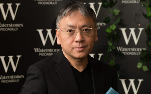 Nhà văn đạt giải Nobel 2017 tiết lộ thành công chủ yếu là nhờ vợ