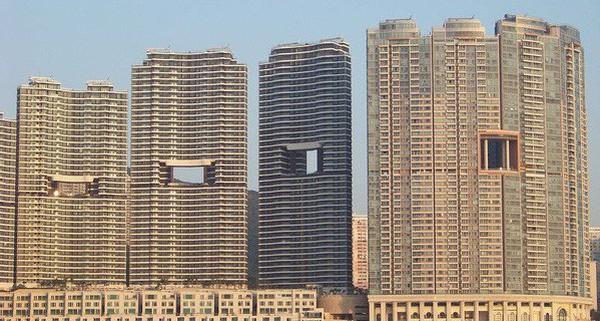 """Bí mật thú vị đằng sau những """"lỗ hổng"""" siêu to ngay giữa các ngôi nhà cao tầng ở Hồng Kông"""