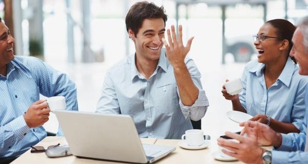 Đồng nghiệp biết pha trò, có tính hài hước giúp công việc trôi chảy hơn