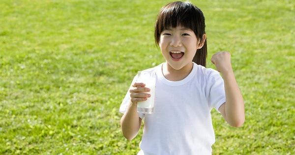 Báo động: Rất nhiều trẻ em đang uống không đủ nước so với tiêu chuẩn