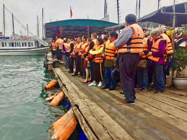 Du khách Trung Quốc kẹt cứng cửa khẩu Móng Cái và vịnh Hạ Long