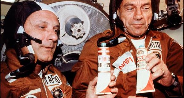 Tại sao các phi hành gia bị cấm uống rượu ngoài không gian?