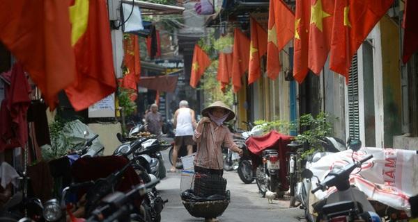 Gánh hàng rong của các cụ, các mẹ và câu chuyện người Việt chưa giàu đã già trong mắt báo Tây