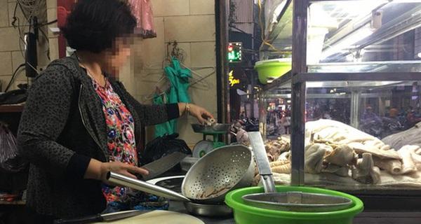 Quán lòng lợn rửa bằng chân trên phố Hàng Thùng bỗng vắng khách