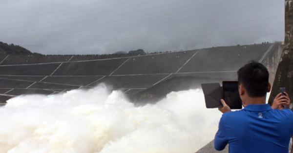 Ảnh: Háo hức chụp hình, xem Thủy điện Hòa Bình mở cửa xả đáy