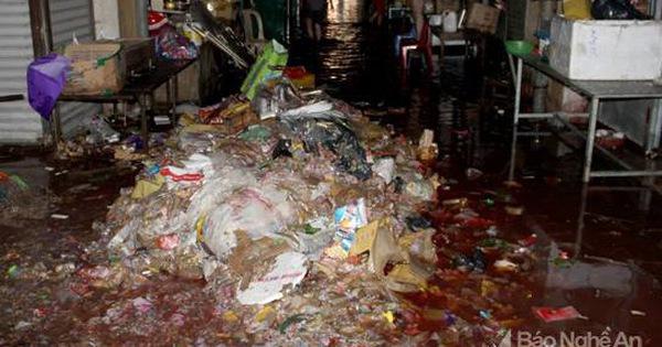 Tiểu thương chợ Vinh khóc ròng vì hàng hóa tiền tỷ biến thành rác sau lũ