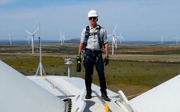 Jeff Bezos đập champagne trên đỉnh turbine gió cao gần 100 mét, khánh thành trang trại điện gió lớn nhất của Amazon