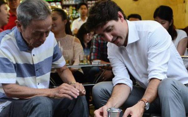 Thủ tướng Canada ngồi vỉa hè, uống cà phê phin Sài Gòn