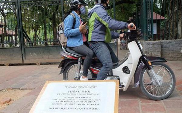 """Đóng cửa bãi xe Văn Miếu, du khách chịu cảnh """"chặt chém"""" để vào di tích"""