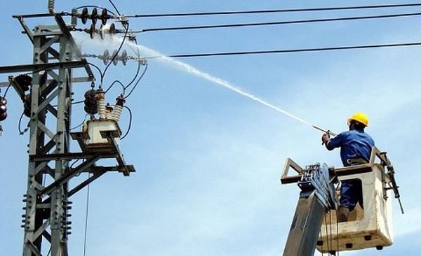 Hình ảnh thợ điện EVN vệ sinh đường dây điện bằng nước có thể khiến bạn lạ lẫm, nhưng điều đó hoàn toàn bình thường