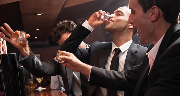 Tại sao khi uống rượu bia say mèm rồi bạn sẽ chẳng nhớ chuyện gì đã xảy ra?