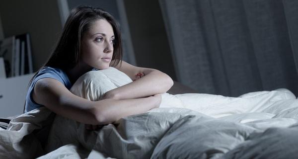 Tại sao bạn buồn ngủ lắm, nhưng hễ đặt lưng xuống giường lại tỉnh hẳn ra?