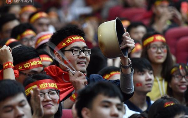 Cách cổ động U23 Việt Nam độc đáo của người Hà Nội: Nhuộm đỏ cả tòa nhà, đường phố, tổ chức tiệc bia miễn phí xem chung kết