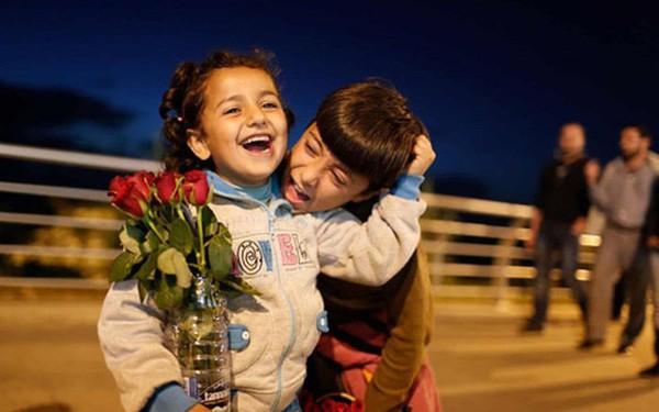 Những đứa trẻ tị nạn Syria bán hoa hồng mưu sinh trên đường phố Lebanon