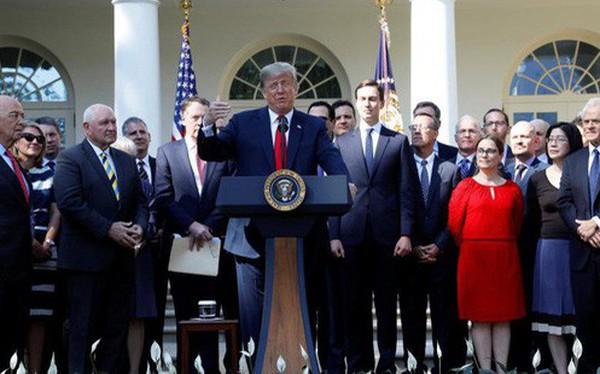 """TT Trump chơi rắn, biến thỏa thuận """"tồi tệ nhất"""" thành """"tốt nhất trong mọi thời đại lịch sử"""""""
