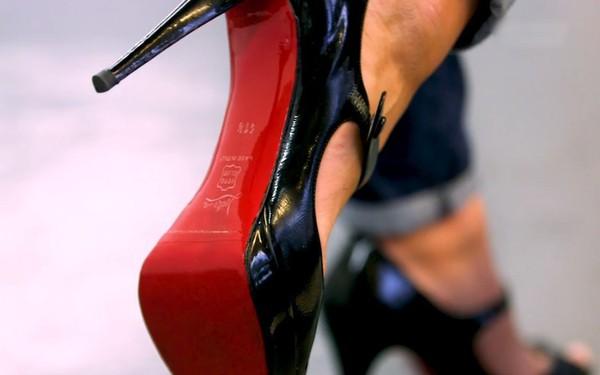 Vì sao giày đế đỏ Louboutin đắt 'cắt cổ' vẫn không thiếu người mua?