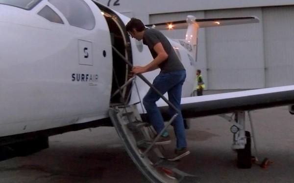 Người đàn ông bắt máy bay vượt 1.200 km đi làm mỗi ngày