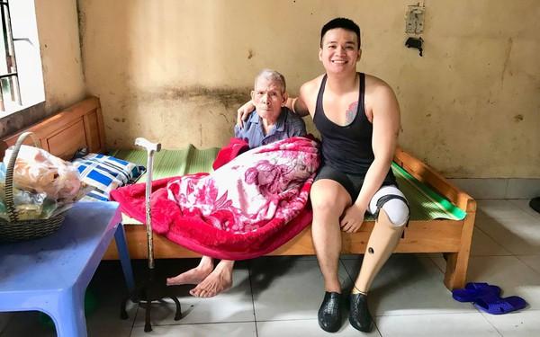 Chuyện chàng trai Sài Gòn mất một chân vẫn ngày ngày chăm sóc cụ già neo đơn nằm liệt giường