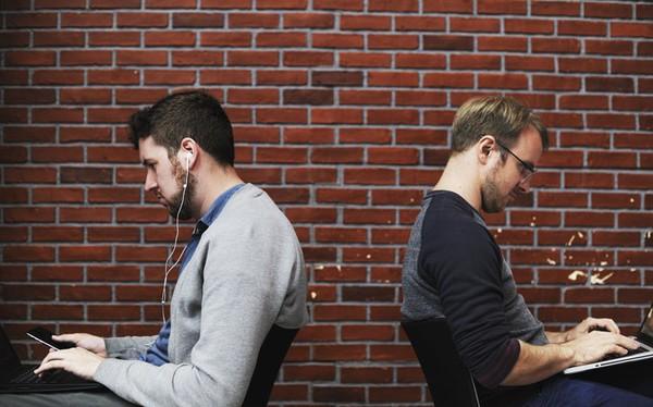 Đồng nghiệp 'ở bẩn', vô tư nói chuyện điện thoại to tiếng...: Muôn kiểu khó chịu nơi công sở khiến bạn im lặng không được mà nhắc thẳng cũng chẳng xong!
