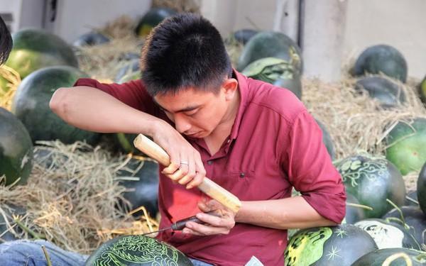 Thợ khắc dưa hấu kiếm 6-7 triệu đồng trong vài ngày cận Tết