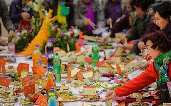 """Choáng: Bữa tiệc tất niên """"khổng lồ"""" với 13.200 món ăn đầy màu sắc chỉ nhìn thôi cũng đã đủ no"""