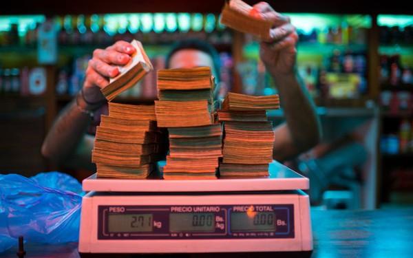Siêu lạm phát tồi tệ đến mức khó tin ở Venezuela: Giá một lát bánh lên tới 7,8 chữ số, máy cà thẻ không thể đọc được!