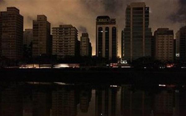 Mất điện diện rộng, một nửa dân số Brazil sống trong bóng tối