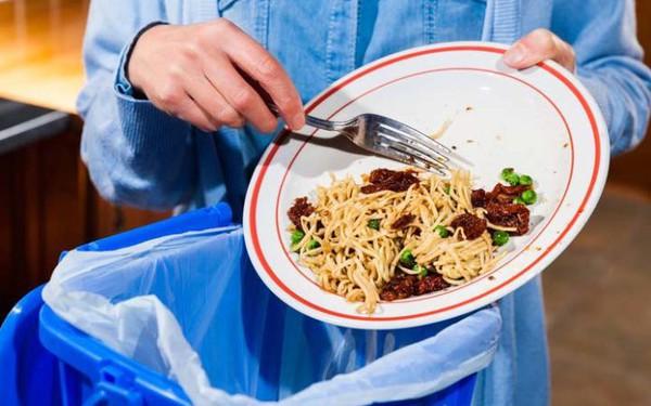 """Mỗi năm người Việt """"đổ bỏ"""" gần 6 triệu tấn thực phẩm"""