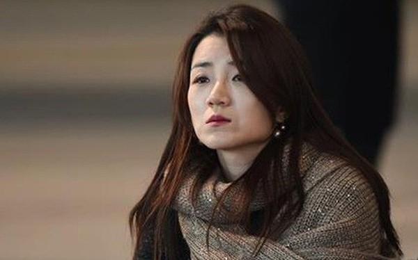 Hất nước vào mặt nhân viên, thiên kim của Korean Air bị netizen Hàn chỉ trích dữ dội vì quá phách lối