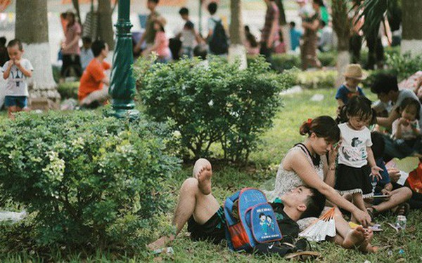 Nghỉ lễ 30/4, người dân Hà Nội đổ xô đến Công viên Thủ Lệ vui chơi, nằm trên bãi cỏ trốn nóng