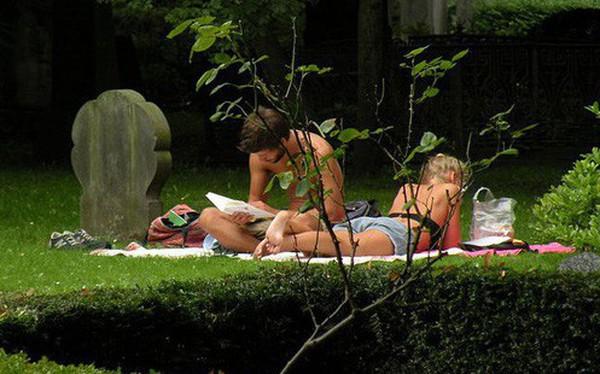 Dạo chơi trong nghĩa địa, tắm nắng cạnh bia mộ - Thói quen kỳ lạ đến kinh dị của người Đan Mạch