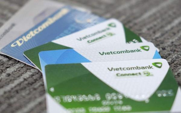 """Mỗi thẻ ATM Vietcombank đang """"cõng"""" bao nhiêu loại phí?"""