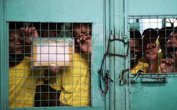 'Nhà tù ổ chuột' ở Philippines: Tù nhân được tự do đi lại, đông đến mức chỉ có chỗ ngồi