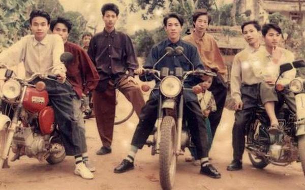 Hội Rich Kids thập niên 90 sáng nhất hôm nay: Ai cũng phối đồ đi trước thời đại, khoe cả dàn mô tô xịn xò
