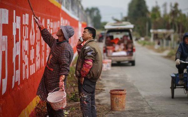 Khởi nghiệp bằng xe đạp, chổi quét sơn, người đàn ông này đã giúp vùng quê Trung Quốc giàu lên nhờ vẽ quảng cáo tường