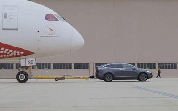Tesla Model X đạt kỷ lục xe điện khỏe nhất, kéo được cả một chiếc máy bay Boeing