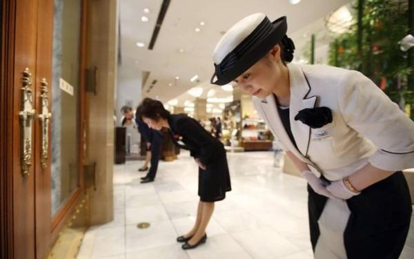 Nhân viên mỉm cười, chào hỏi vẫn bị khách Nhật chê không quan tâm, thân thiện, đây là cách một giám đốc người Việt xử lý