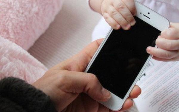 """Bài văn """"Con ước gì mẹ không có điện thoại di động"""" của cậu bé lớp 2 gây xôn xao MXH quốc tế"""