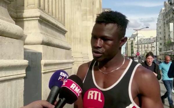 Được nhập quốc tịch Pháp sau khi không sợ nguy hiểm tay không leo 4 tầng nhà trong 10 giây giải cứu 1 em bé sắp rơi