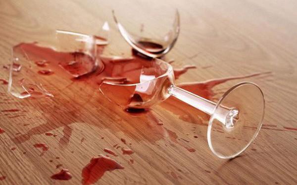 Đến nhà bố mẹ chồng chơi làm vỡ chiếc ly, hôm sau con dâu bất ngờ nhận thư của bố chồng