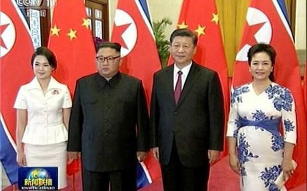 """Video: Những hình ảnh """"hiếm hoi"""" của ông Kim Jong-un và phu nhân ở Trung Quốc"""