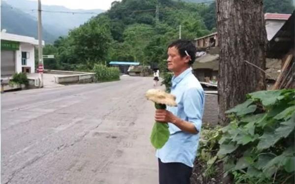 Bản sao tỉ phú Jack Ma đứng giữa đường bán nấm dại