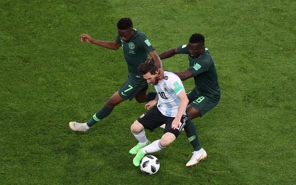 """Không phải bàn thắng, đây mới là hình ảnh """"điên rồ"""" nhất của Messi trước Nigeria"""